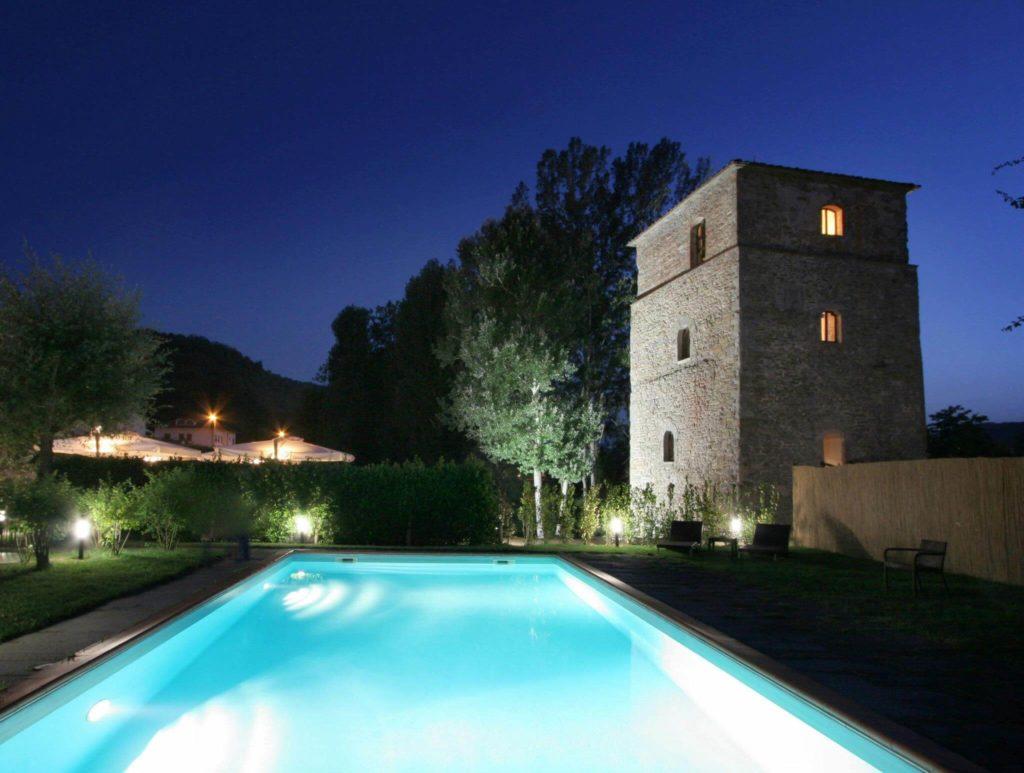 atmosfera notturna nei pressi della piscina dell'Hotel Torre Santa Flora, relais e Spa in Toscana (Arezzo)