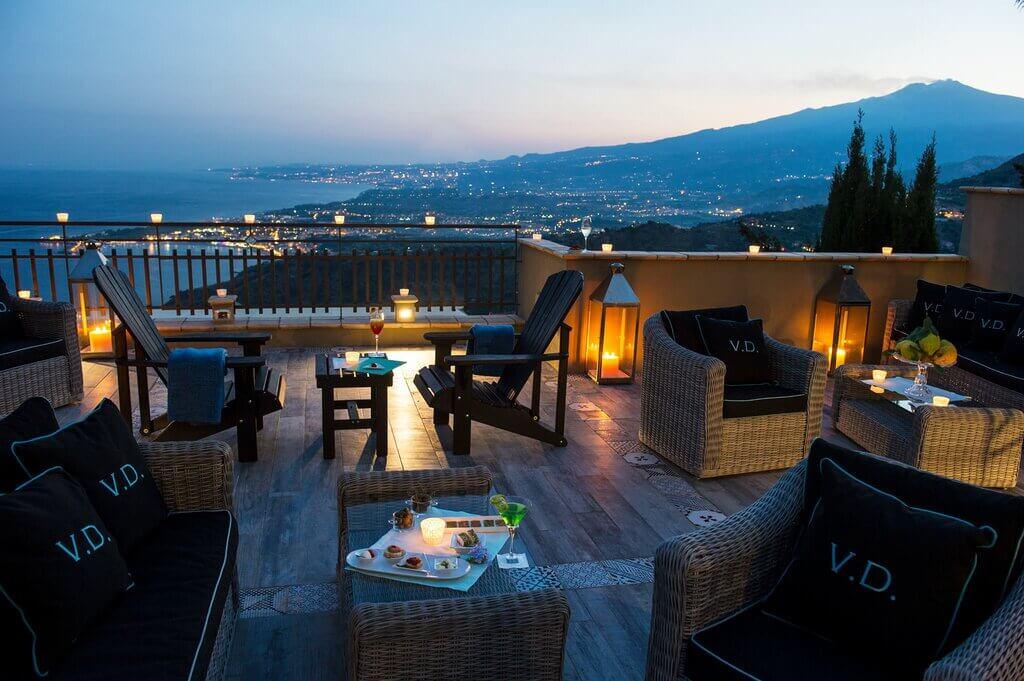Bar lounge sulla terrazza panoramica di Villa Ducale